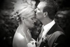 De kus van het huwelijk op voorhoofd Stock Foto
