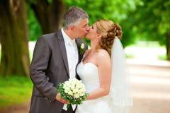 De kus van het huwelijk op weg sexy paar Stock Fotografie