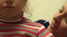 De kus van het meisje haar moeder 4K UltraHD, UHD stock videobeelden
