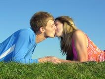 De kus van het paar stock foto