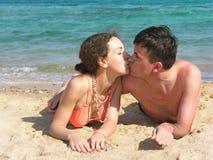 De kus van het paar op strand Stock Foto's