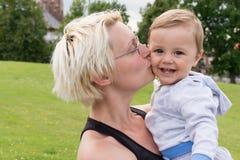 De kus van de moeder haar zoon royalty-vrije stock afbeeldingen