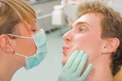 De kussende artsen Stock Afbeelding