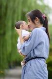De kussende baby van het mamma Stock Afbeelding