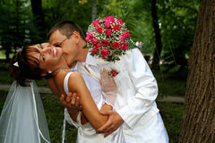 De kussende bruid van de bruidegom Stock Afbeeldingen