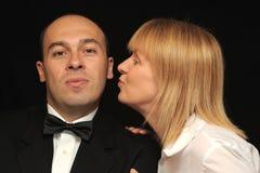 De kussende man van de vrouw op wang stock afbeelding