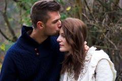 De kussende vrouw van de man op de wang Royalty-vrije Stock Foto