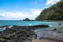 De kust langs de weg aan Hana, Maui, Hawaï Stock Fotografie