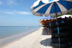 de kust met Swim ringen/zwemt buizen en Banaanboot stock afbeelding