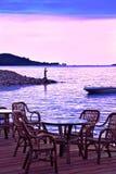 De kust van de avond in roze en blauw royalty-vrije stock afbeeldingen