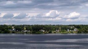 De kust van de brede rivier, de mooie aard Royalty-vrije Stock Foto's