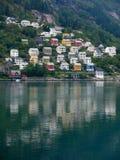 De kust van de fjord en de Noorse stad Stock Foto