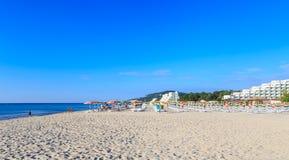 De kust van de Zwarte Zee, blauw duidelijk water, strand met zand, Albena, Bulgarije Stock Foto's