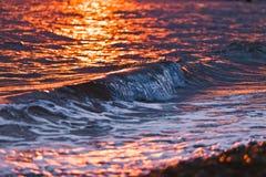 De kust van de Zwarte Zee door stralen van de het plaatsen zon wordt gekleurd die royalty-vrije stock afbeeldingen