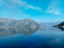 De kust van het Adriatische overzees in de baai van Boka Kotor in de oude stad, Montenegro stock afbeelding