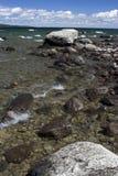 De kust van het meer met stenen Stock Fotografie