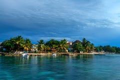 De kust van het Saonaeiland met hotelsmening van water Stock Foto's