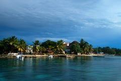 De kust van het Saonaeiland met hotelsmening van water Stock Afbeeldingen