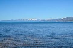 De kust van meertahoe in de winter Royalty-vrije Stock Afbeeldingen