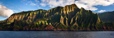 De Kust van Na Pali die op Kauai, Hawaï wordt gevestigd Stock Afbeelding