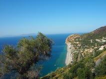 De kust van Sicilië tussen Palermo en Cefalà ¹ en een groot grijs zandstrand stock foto