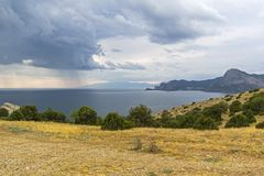 De kust van de Zwarte Zee in bewolkt weer crimea Royalty-vrije Stock Afbeelding