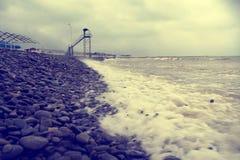 De kust van de Zwarte Zee Steenstrand Het overzees vóór de regen stock fotografie