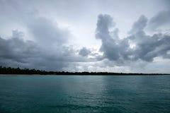 De kust verre mening van het Saonaeiland van water Stock Foto's