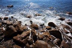De kust wordt gewassen door oceaangolven Stock Foto's
