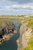De kustcornwall Engeland het UK van de Treyarnonbaai noorden het Van Cornwall tussen Newquay en Padstow op een zonnige de zomerda Royalty-vrije Stock Afbeelding