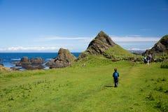 De kustlandschap van Noord-Ierland, wandelende familie Stock Afbeeldingen