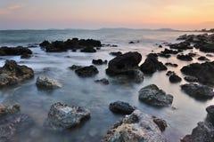 De kustlijn bij dageraad royalty-vrije stock foto's