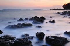 De kustlijn bij dageraad stock fotografie