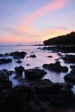 De kustlijn bij dageraad royalty-vrije stock afbeeldingen