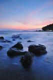 De kustlijn bij dageraad royalty-vrije stock foto