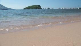 De kustlijn, de overzeese kust van adriatic, landschap met meningen van de toevlucht van budva stock videobeelden