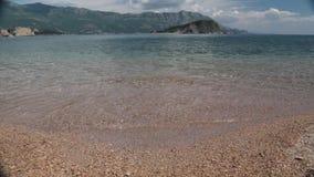 De kustlijn, de overzeese kust van adriatic, landschap met meningen van de toevlucht van budva stock video