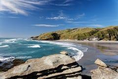 De kustlijn die van Nieuw Zeeland over een baai kijken stock fotografie