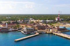 De kustlijn en de haven met blauw Caraïbisch water in Cozumel, Mexico stock foto's
