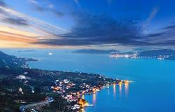 De kustlijn en het dorp van de nachtzomer op het schiereiland van kustpeljesac, Kroatië stock fotografie
