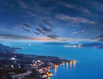 De kustlijn en het dorp van de nachtzomer op het schiereiland van kustpeljesac, Kroati royalty-vrije stock afbeelding