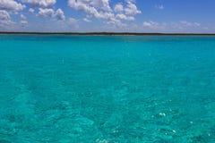 De kustlijn met blauw Caraïbisch water in Cozumel, Mexico royalty-vrije stock foto