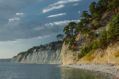De kustlijn op de overzeese kust, met een hoge klip boven het Royalty-vrije Stock Foto