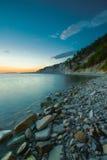 De kustlijn op de overzeese kust met zonsondergang Royalty-vrije Stock Foto