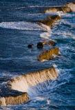 De kustlijn op het Schiereiland Valdes Golven die tegen de rotsen verpletteren argentinië Royalty-vrije Stock Foto's