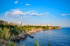 De kustlijn van Antalya, het landschap van stad van Antalya is een mening van de kust en het overzees royalty-vrije stock afbeelding