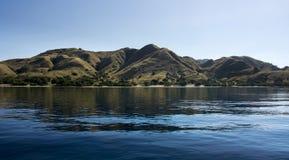 De kustlijn van bergen met groene vegetatie dacht in blauw oceaanwater in Flores, Indonesië na Stock Foto's