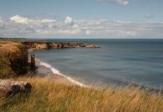 De kustlijn van Clifftop in Marsden, de Schilden van het Zuiden. Stock Foto's