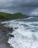 De kustlijn van Cornwall en onweer stock foto's