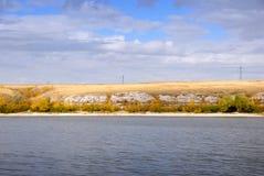 De kustlijn van de rivier trekt aan Rusland Stock Fotografie